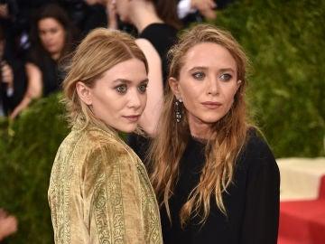 Las gemelas Olsen tampoco quisieron perderse la gala, a la que se presentaron con unas chaquestas muy anchas que aún remarcaba más su extrema delgadez