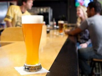 Una cerveza sobre la barra de un bar