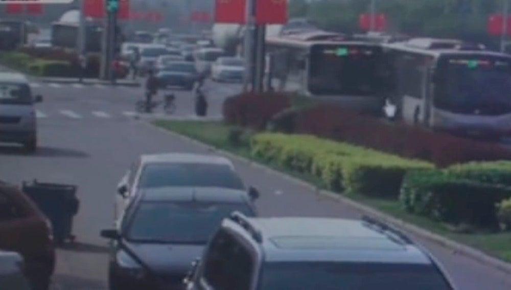 Conductores de autobús colisionan en China