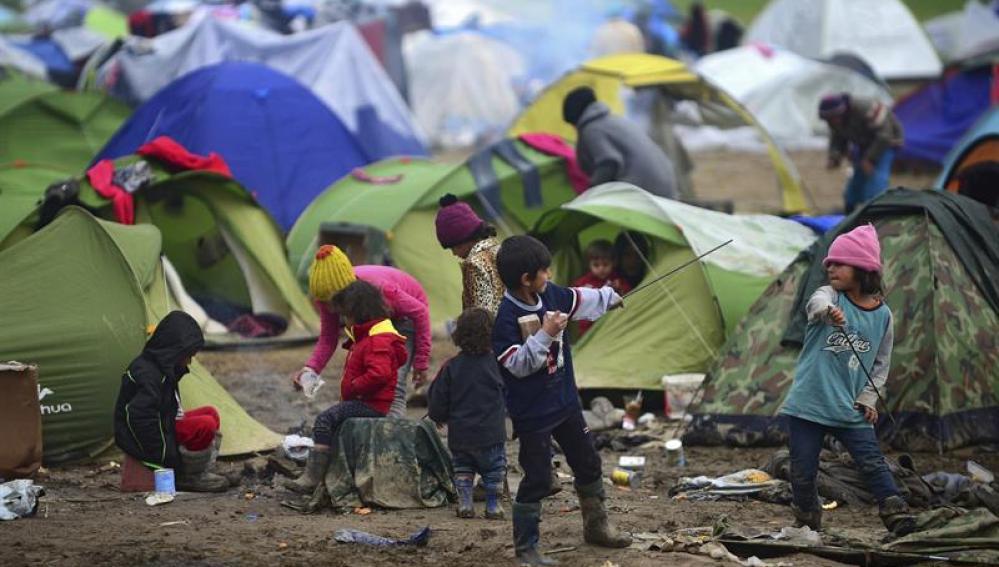 Niños juegan en la frontera de Grecia y Macedonia