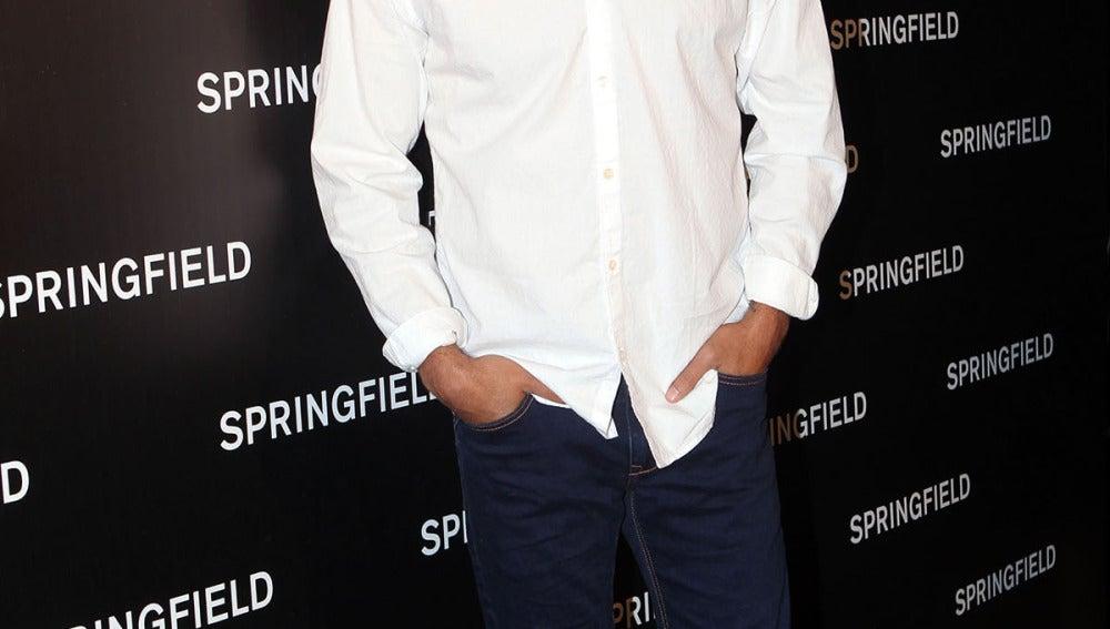 Mario Casas, con camisa blanca y jeans