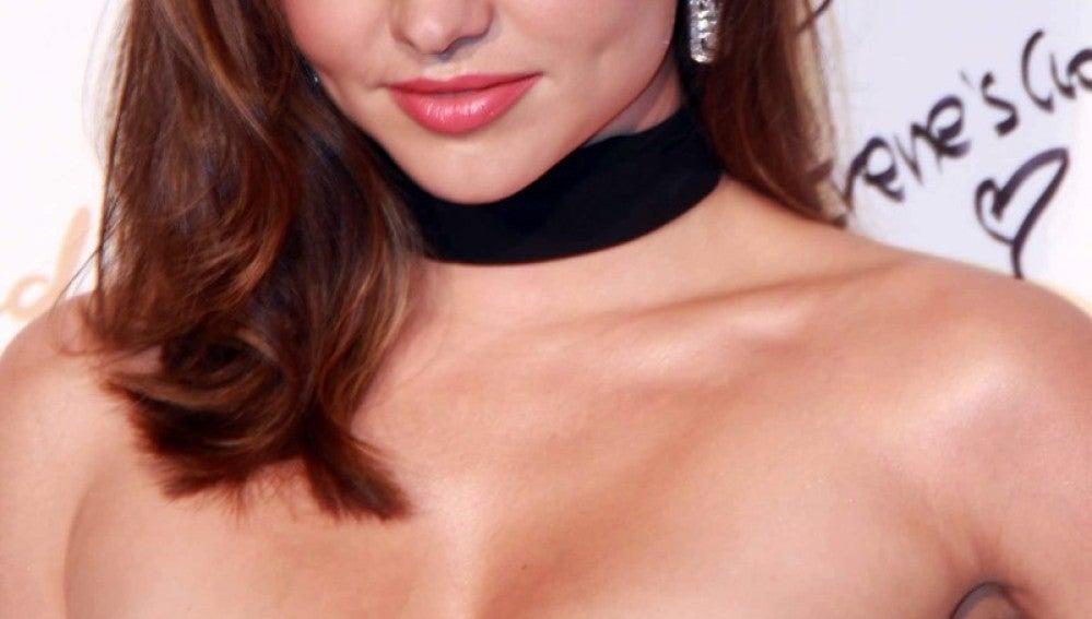 Miranda Kerr con choker negro y vestido blanco