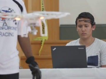 Frame 7.630125 de: Carreras de drones pilotados con la mente