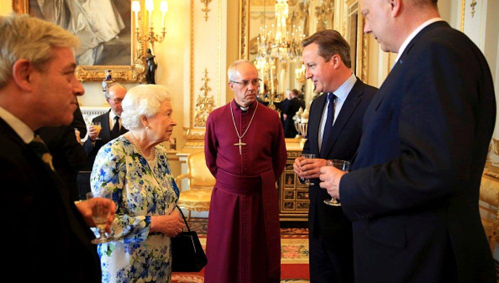 David Cameron hablando con Isabel II