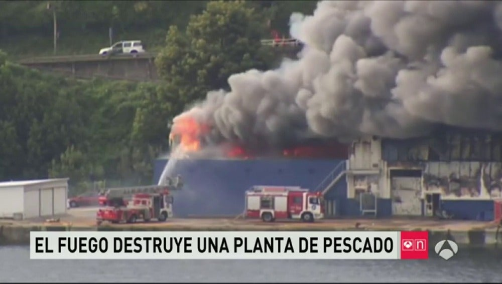 Frame 108.68806 de: Incendio de una fábrica de congelados del mar en Pontevedrao Pontevedra