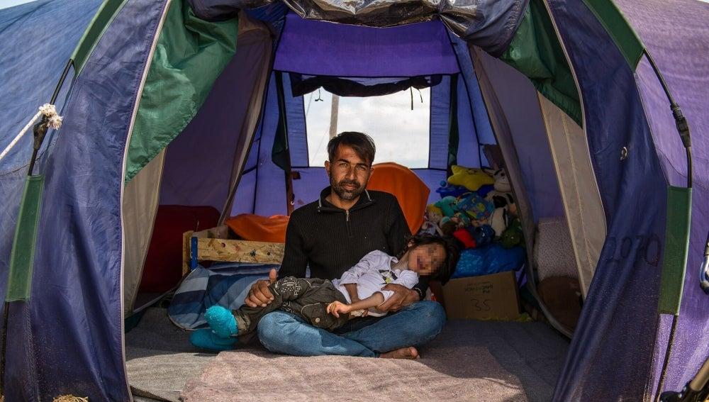 Imagen cedida por Bomberos en Acción, de Osman, el niño afgano de 7 años con parálisis cerebral, y su padre