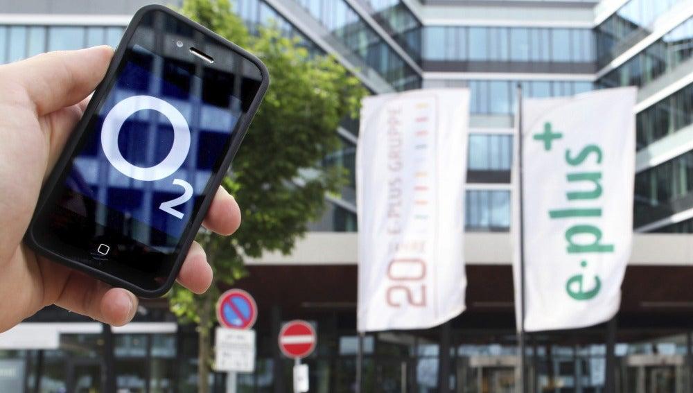 Un smartphone con el logotipo de O2 al lado de la sede de E-Plus en Dusseldorf, Alemania