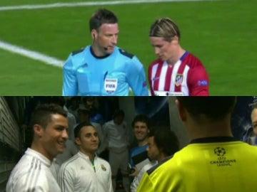 Mark Clattenburg, con Fernando Torres y Cristiano Ronaldo