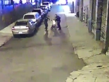 Frame 9.774882 de: EE.UU.: dos policías acusados de brutalidad al detener a un sospechoso