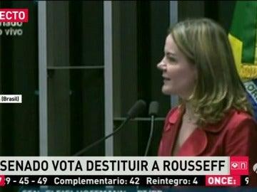 Frame 5.69109 de: El Senado brasileño pernocta y lleva más de 16 horas reunido para apartar a Rousseff de su cargo