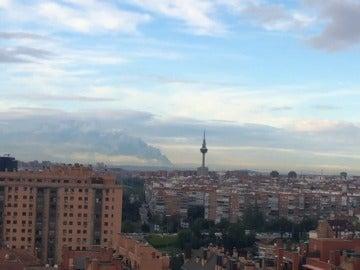 Frame 2.765458 de: Así se ve el incendio en el cementerio de neumáticos de Seseña desde el centro de Madrid