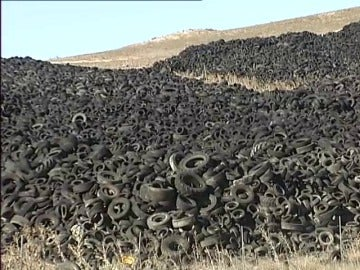 Frame 31.075628 de: Un cementerio de neumáticos rodeado de problemas legales