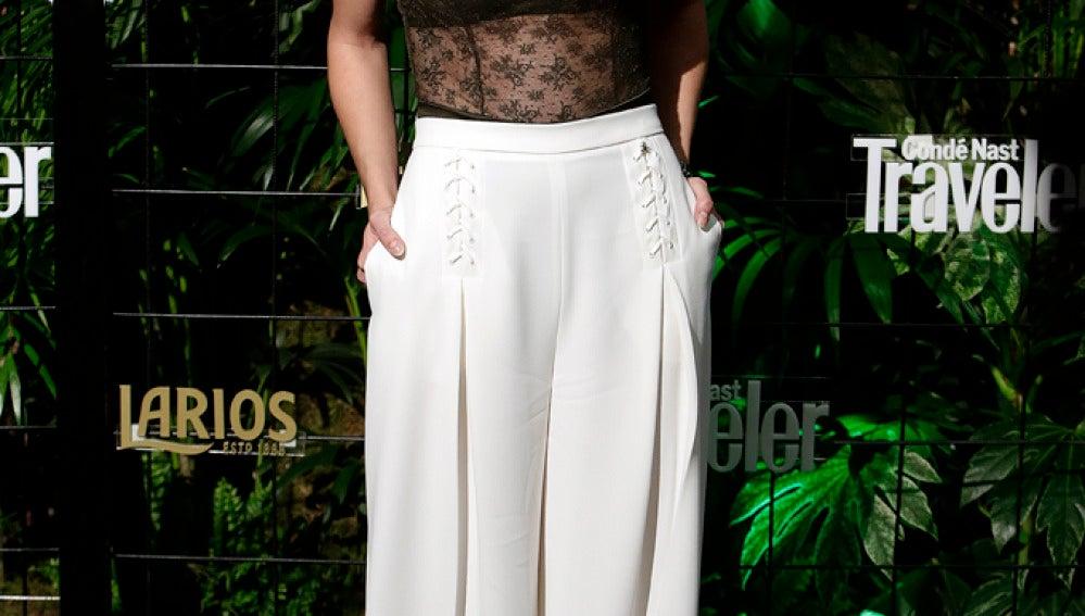 Ana Fernández escogió un pantalón blanco pata de elefante y un atrevido top verde caqui