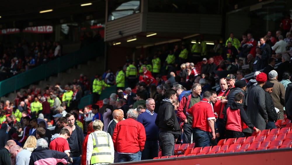 Los aficionados de Old Trafford desalojan el estadio