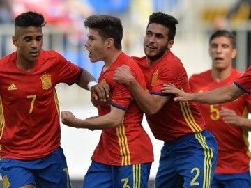 Los jugadores de España sub-17 celebran el gol