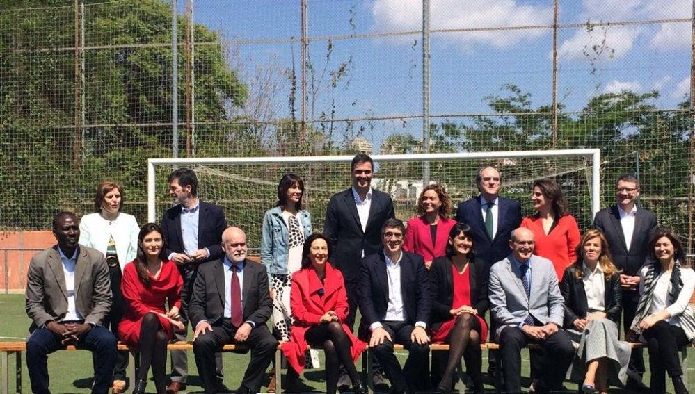 Pedro Sánchez, junto al equipo que gobernará si llega a La Moncloa