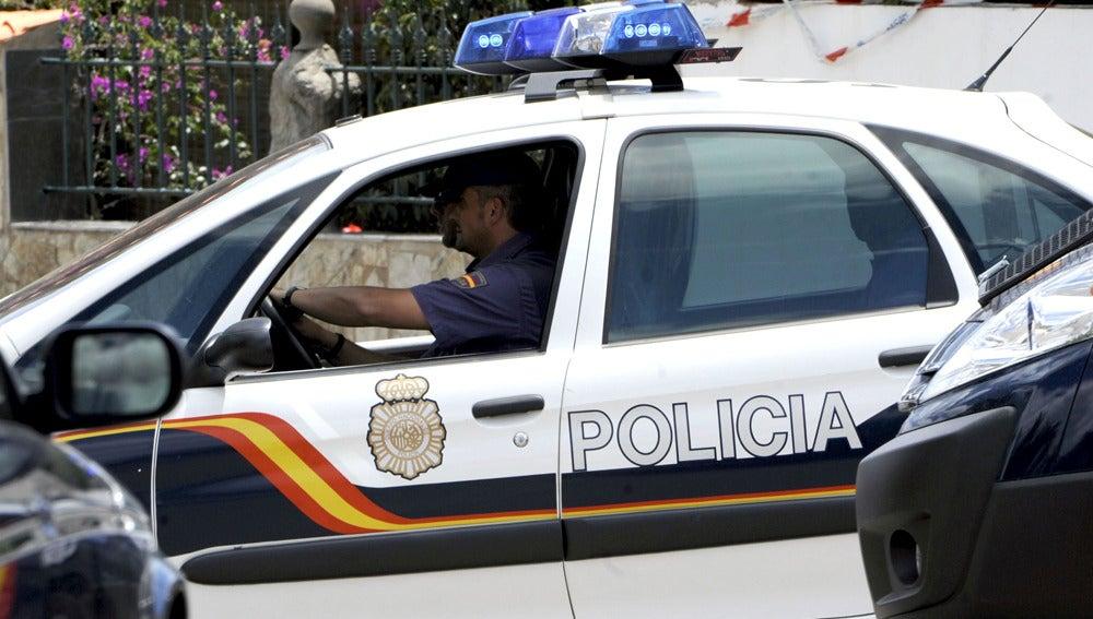 Imagen de archivo de un coche de la Policía con dos agentes