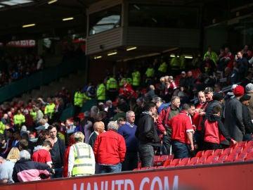 Aficionados abandonan Old Trafford tras encontrarse un objeto sospechoso