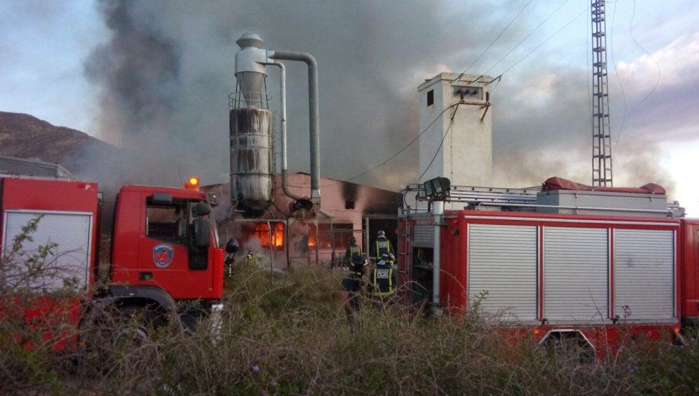 Bomberos trabajan en la extinción de un incendio en Yecla