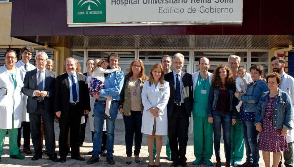 Miembros del hospital Reina Sofía de Córdoba y de la familia de Enma