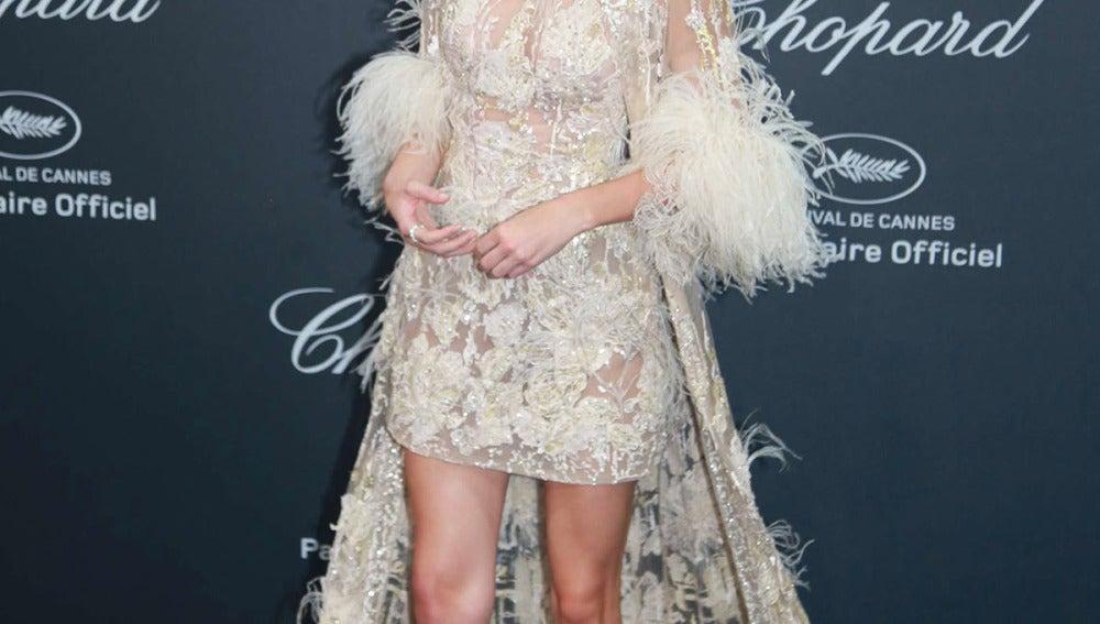 Kendall Jenner, con vestido de encaje, transparencias y plumas