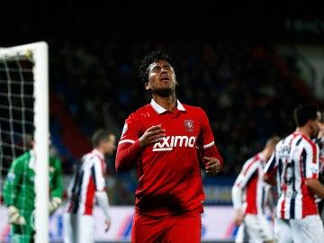 Renato Tapia del Twente tras falla un gol en la Eredivisie