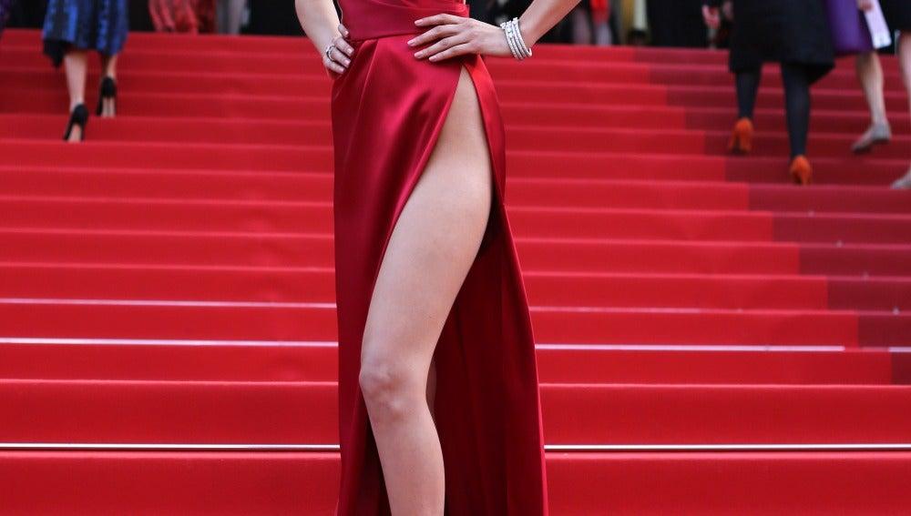 Una sexy Bella Hadid enseñó pierna y escote con un vestido rojo