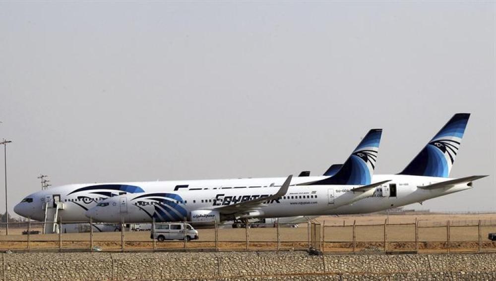 Aviones de la aerolínea egipcia Egyptair, en una pista del aeropuerto de El Cairo, Egipto.
