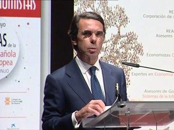 """Frame 36.569569 de: Aznar avisa a Rajoy del """"grave error"""" de relajar la corrección del déficit"""