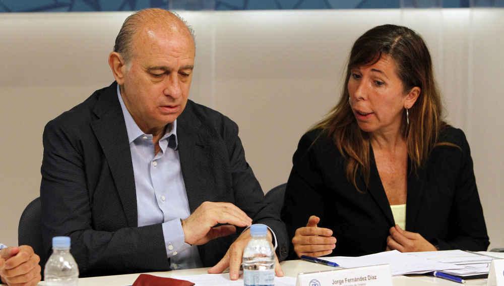 El ministro del Interior en funciones, Jorge Fernández Díaz, junto a la presidenta del PPC, Alicia Sánchez-Camacho.