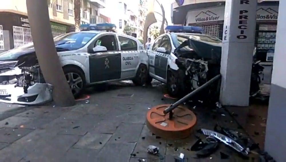 Frame 0.814299 de: Dos coches de la Guardia Civil chocan en Torrevieja