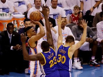 Westbrook lanza a canasta ante la defensa de Curry y Green