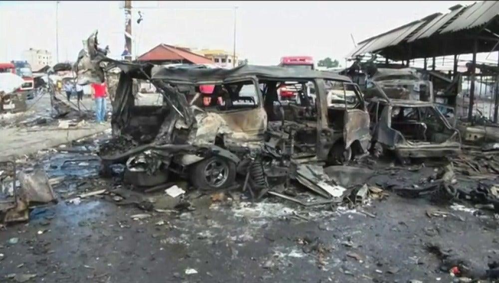 Frame 34.277554 de: Mueren más de 100 personas por atentados en dos ciudades sirias