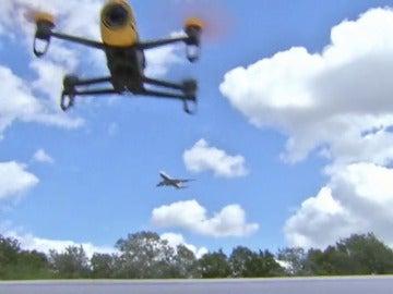 Frame 10.76499 de: Tres drones provocan la alarma durante el aterrizaje de un avión en Bilbao