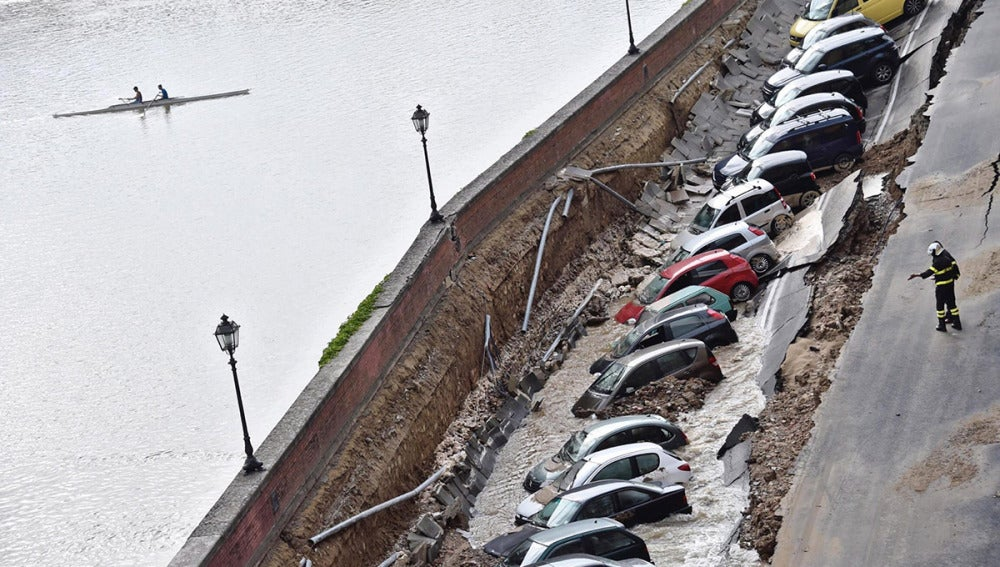 Un enorme socavón engulle a 20 coches en Florencia