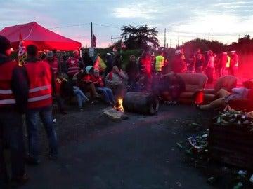 Frame 5.901981 de: Francia podría quedarse sin gasolina por las protestas en contra de la reforma laboral