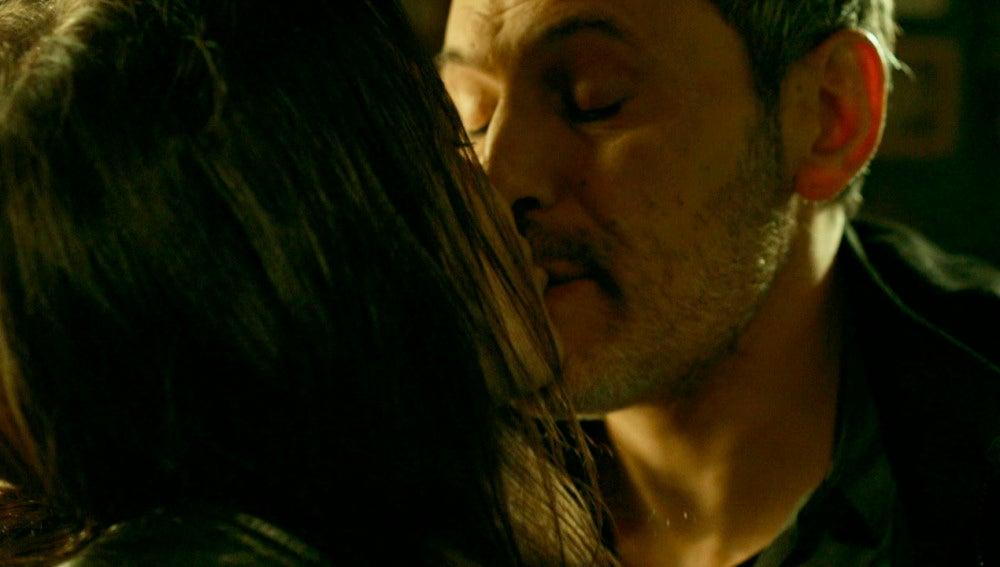 Helena besa a Fabio