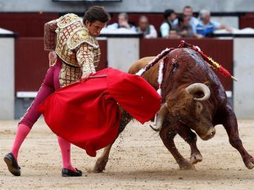 El matador 'El Juli' dando uno de los pases a un toro