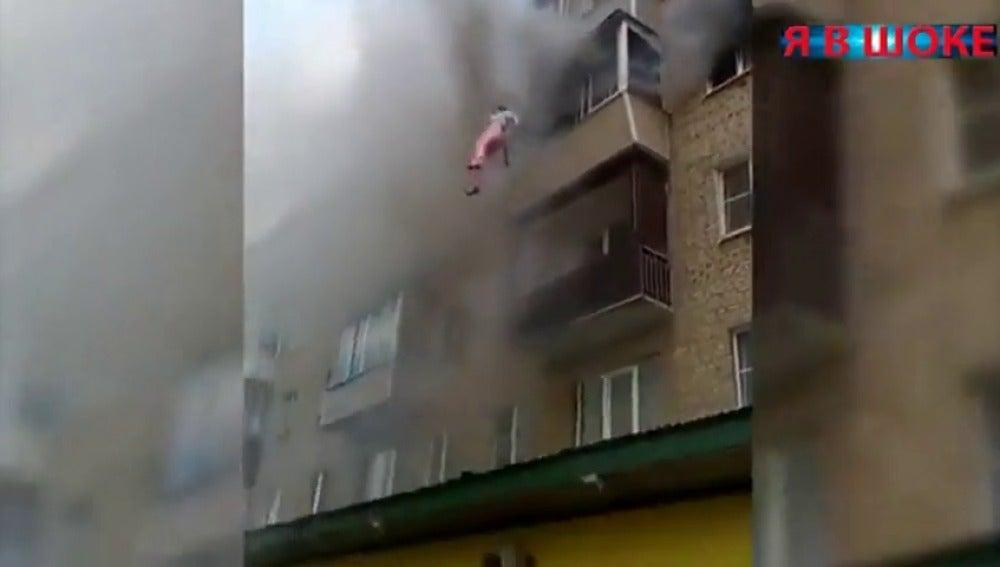 Frame 17.144924 de: Una familia se salva del fuego saltando por la ventana