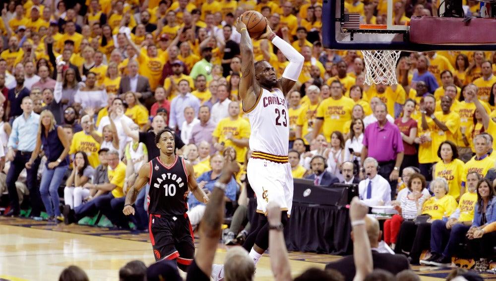 LeBron James realiza un mate ante los Toronto Raptors