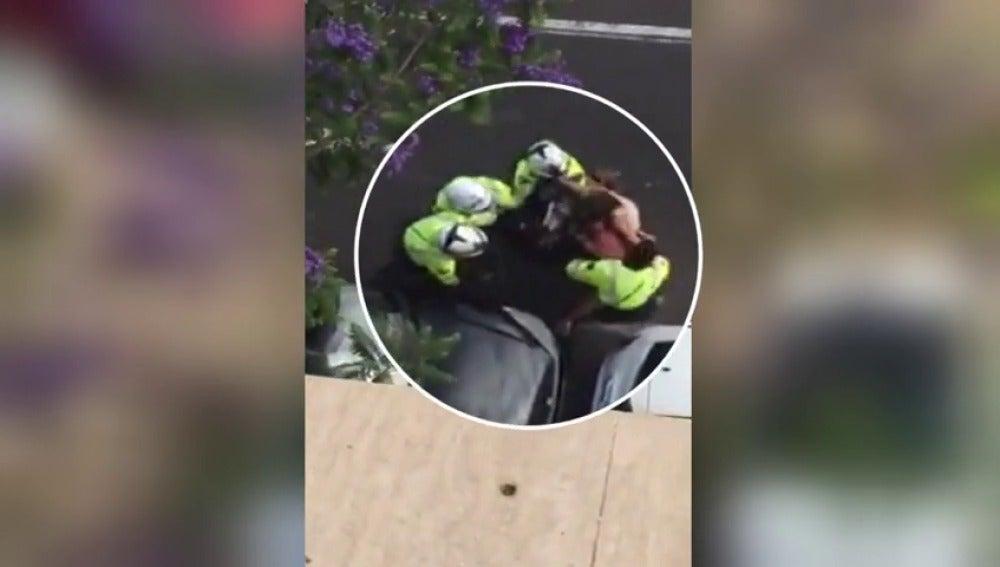 Frame 45.27893 de: Una víctima de violencia de género golpea a los policías que intentaban defenderla