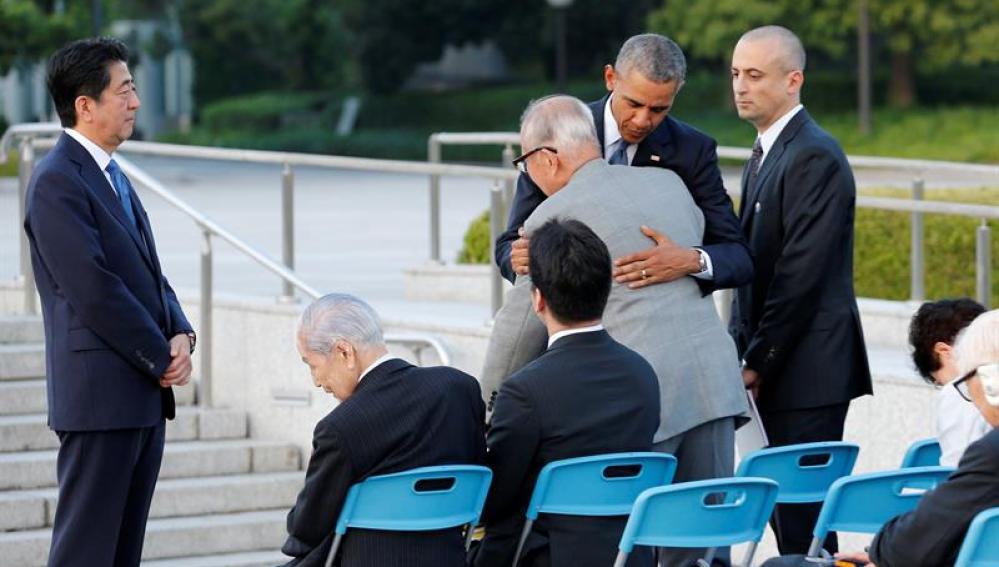 Obama abraza a una víctima de Hiroshima en el acto conmemorativo.