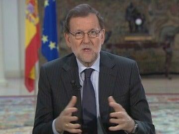 Frame 5.219228 de: Rajoy agradece a los militares su sacrificio en defensa de la seguridad y libertad