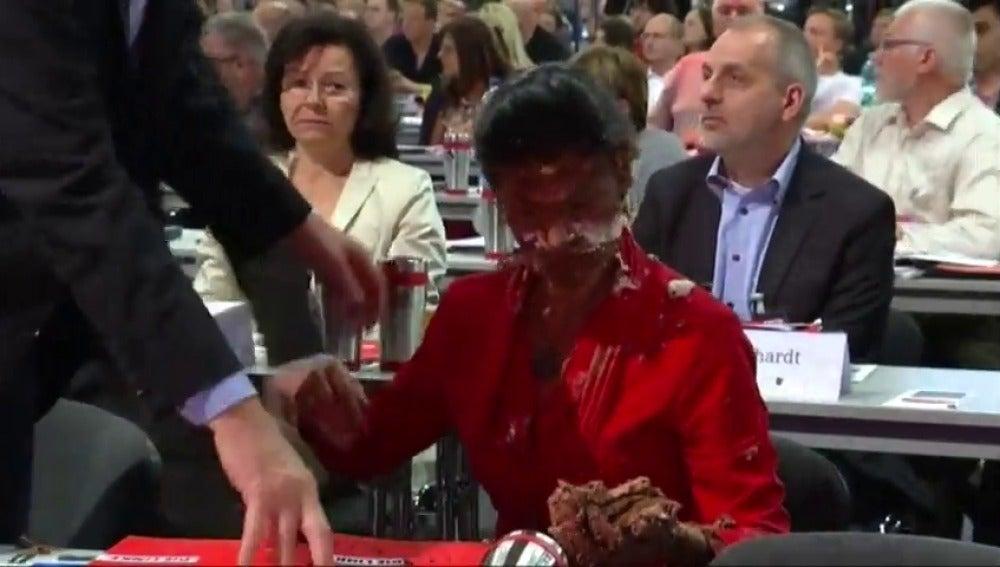 Frame 7.550156 de: Lanzan una tarta a una parlamentaria alemana por limitar la acogida de refugiados