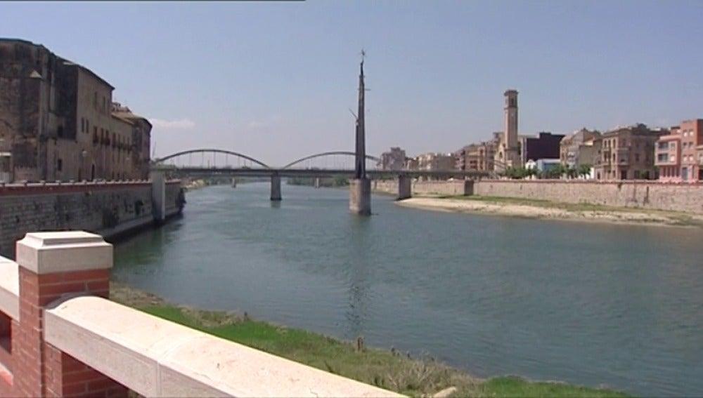 Frame 1.613771 de: Tortosa vota a favor de mantener un monumento franquista en el Ebro