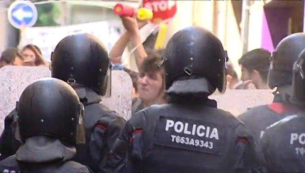 Frame 33.954228 de: Al menos 20 heridos, entre ellos varios agentes, en otro enfrentamiento de los Mossos y los okupas en Gràcia