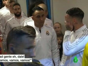 Sergio Ramos da ánimos a sus compañeros antes de saltar a San Siro