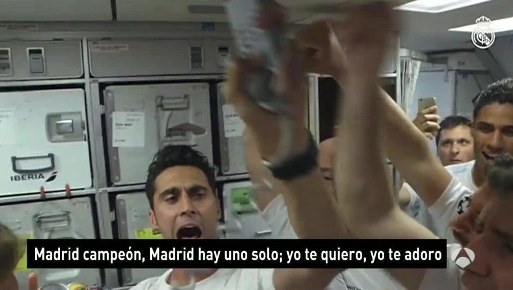 Los jugadores del Real Madrid celebran la Champions en el avión de regreso a Madrid