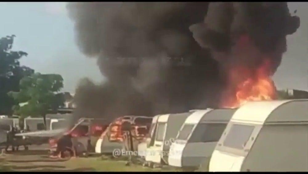 Frame 1.33651 de: Arden varias caravanas cerca del aeropuerto de Sevilla