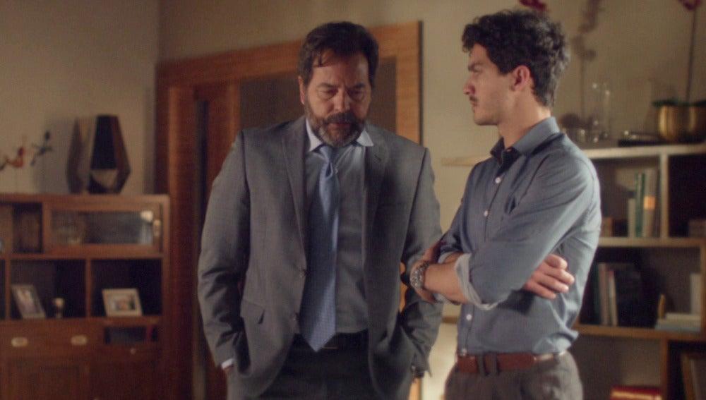 Luis le cuenta a Carlos los problemas que tiene con Claudia